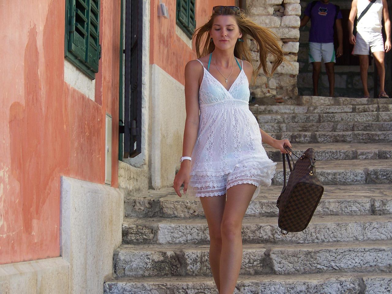 walking-lady-2712559_1280 (1)